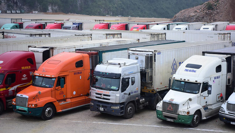 Container trucks carrying fruits stuck at Tan Thanh Border Gate in Lang Son Province on February 4, 2020. Photo by VnExpress/Giang Huy.