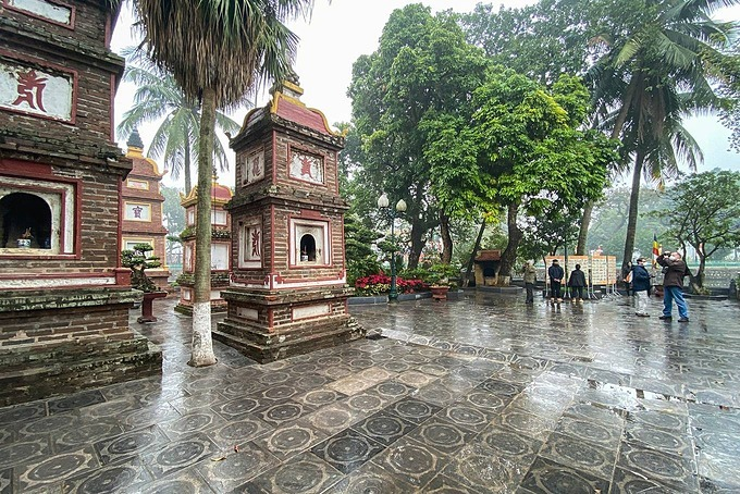 Tran Quoc Pagoda in Hanoi is not crowded as before. Photo by VnExpress/Kieu Duong.