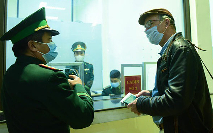 Graham Calder talks to a border guard at Dong Dang railway station on February 3, 2020. Photo by VnExpress/Giang Huy.