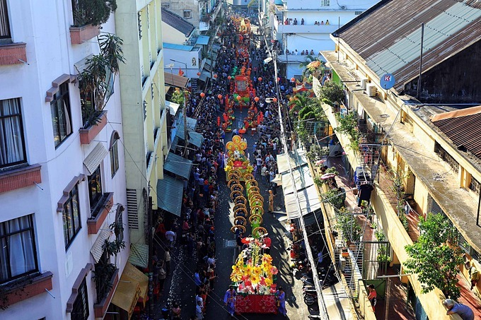 People cheer as the parade wind its way through the streets. Photo by VnExpress/Huu Khoa.