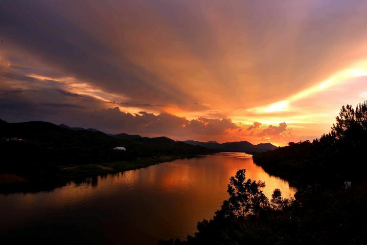 Located 7 kilometers from town, Vong Canh Hill offers panoramic views Perfume River, especially during sunset. Once strategically used by the French and Americans during wartime, this elevated, tranquil spot overlooks scenic Hue and is a must-visit attraction.