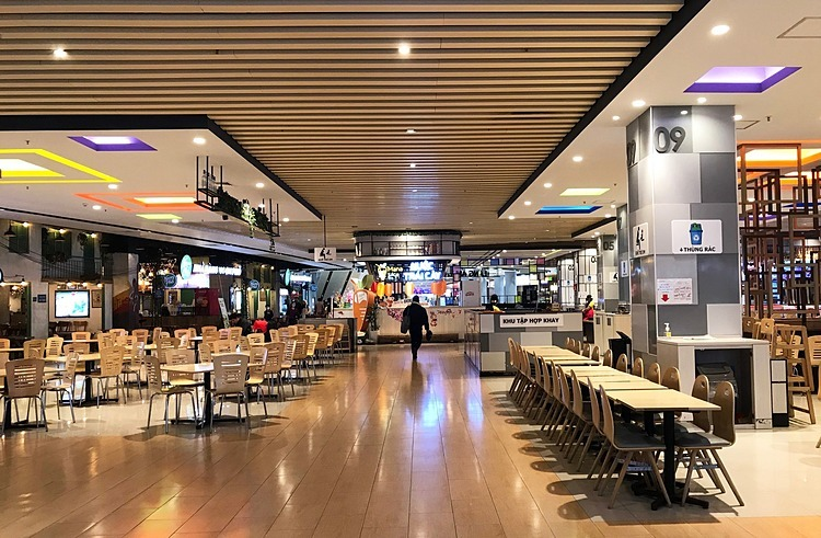 [Caption]aaTables and chairs were left empty. A restaurant owner in the food court said next week if the sluggish situation continues, staff will be cut in half to reduce costs.