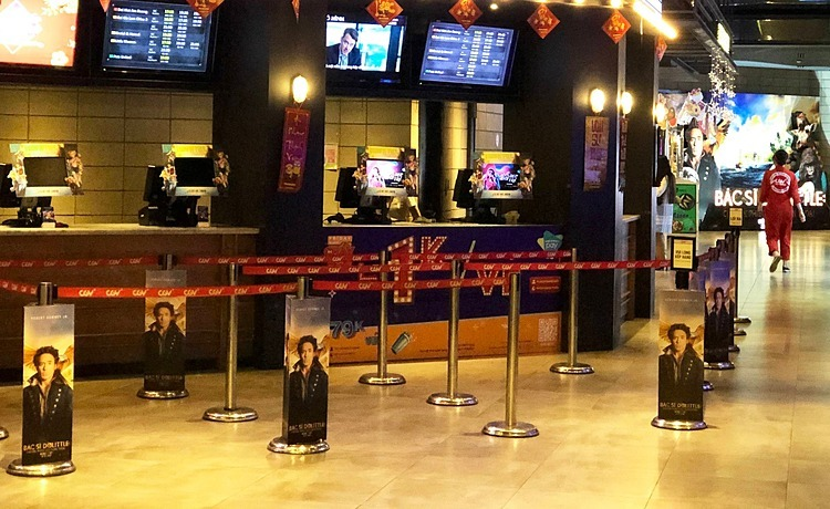 A movie theater inside Vincom Ba Trieu was also empty; therefore,it only opened a ticket counter. Typically, the movie theater is full of movie-goers, with staff working non-stop to serve customersevery weekend. But now, no crowds and no visitors queuing in long lines as before.
