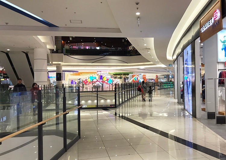Minh Truong, a local man who often takes his family to Vincom Ba Trieu every week, said: I was totallysurprised when the usually-crowded shopping malllooked deserted.