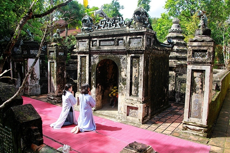 A moss-covered ancient stupa is the burial place of the monks who helped to build the pagoda. The temple also has a separate tomb area for eunuchs of the Nguyen Dynasty, the last ruling family (1802-1945), who used to contribute money to build the pagoda.