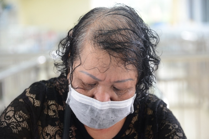 The woman fills in the form before undergoing a medical examination. Even being quarantined for 14 days, I volunteer, said Hong, adding that she yearns for her hometown after visiting her daughter and son in law in China.