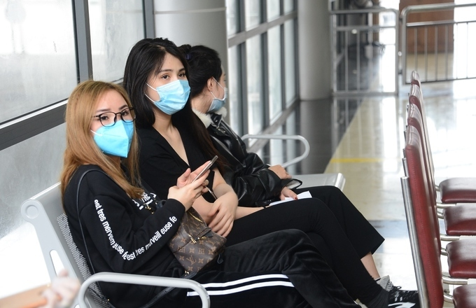 Three southern women are waiting at the border date on the afternoon of February 6. They traveled in China's town of Guilin for one month and spend most of the time staying inside as transportation was restricted. They then traveled 4 hours by train to  Fangchenggang City before taking a taxi to the border gate.