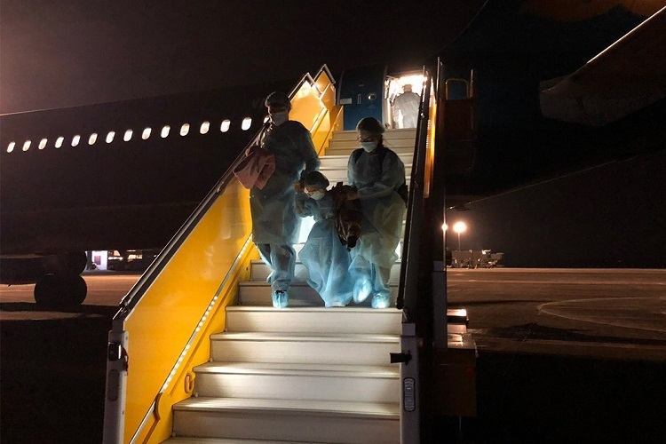 The plane lands in Quang Ninh Provinces Van Don Airport at around 5 a.m. Monday. It is then disinfected and left so for 24 hours to prevent infection. All passengers and crew members are quarantined for 14 days to have their health monitored.