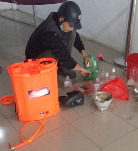 A sanitarian worker uses garlic, lemon, alcohol and salt water to make fumigation. Photo courtesy of Phan Tan.