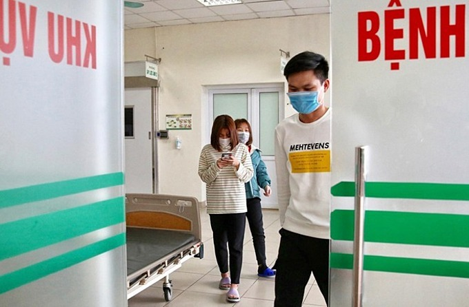 The three patients walk out of the isolated area at National Hospital of Tropical Diseases in Hanoi where they had been treated for nCoV infection, February 10, 2020. Photo by VnExpress/Giang Huy