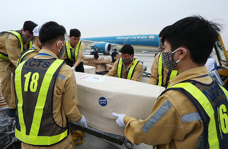 A body of one of the Vietnamese victims in the U.K. truck disaster is carried to an ambulance car at Noi Bai Airport, Hanoi, to be transported to their hometown in central Vietnam, November 27, 2019. Photo by Vietnam News Agency.