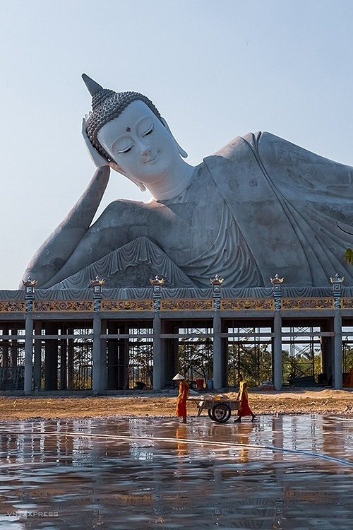 A Sakyamuni Buddha statue at Som Rong Pagoda in Soc Trang Province is under construction. The statue is 63 m long and 22.5 m high and weighs 490 tons, which will be the largest reclining Shakyamuni Buddha in Vietnam.