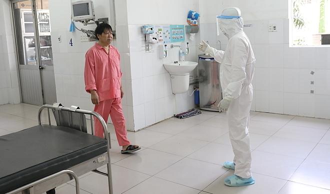 Li Ding walks toward a doctor at Cho Ray Hospital, HCMC, where he has stayed for treatment of the new coronavirus infection, February 3, 2020. Photo by VnExpress/Huu Khoa.