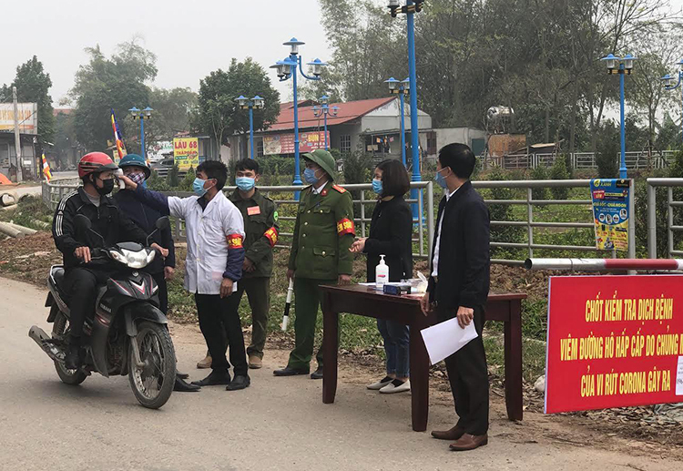 A control checkpoint for the new coronavirus disease in Son Loi Commune, Binh Xuyen District, Vinh Phuc. Photo by VnExpress/Dinh Nguyen.