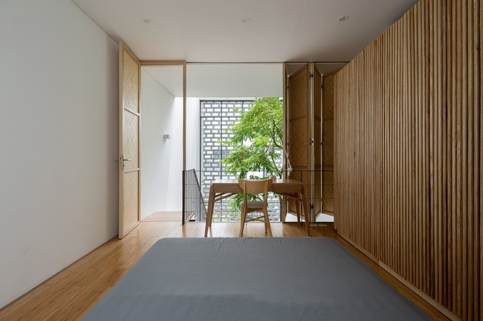 The quiet area is at the innermost of the house, includingthe grandparents' bedroom and the parents'bedroom. Meanwhile, the childrens bedroom are in the front.Photo byOddo Architects.