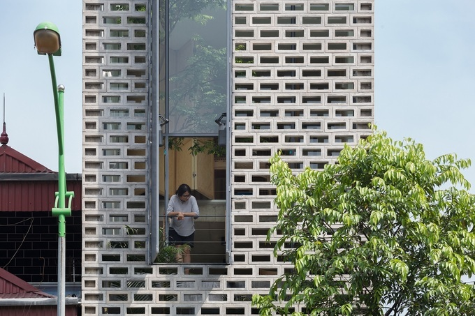 The house has a double facade. The outer layer is made ofperforated cement blocks and a steel frame glass inner layer. It provides cover from the sun, the dust and allowing natural ventilation throughout the entire house,4,2 meterswidth and35 meters length.Photo byOddo Architects.