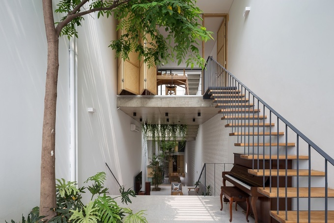 The interior designs are inspired by Hanoi traditional houses with green spaces and sunlight. The architects wantto create a link between homeownersand the nature which is very often missing in the city.Photo byOddo Architects.