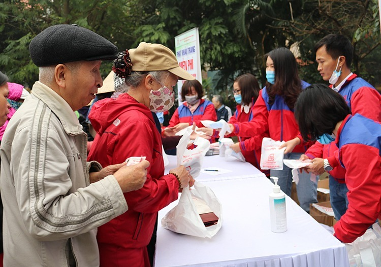 Staff of a pharmaceutical company give away free mask for locals in Hanoi on February 12, 2020. Photo by VnExpress/Phong Van