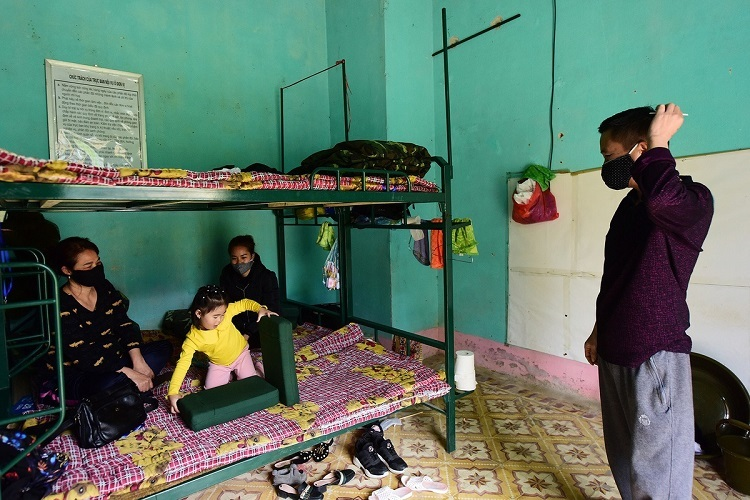 Vu Ngoc Thanh and his family are quarantined in a room with four beds. Thanh, his wife, daughter and granddaughter returned from Hekou Yao on February 5. As of Tuesday, their health is normal.