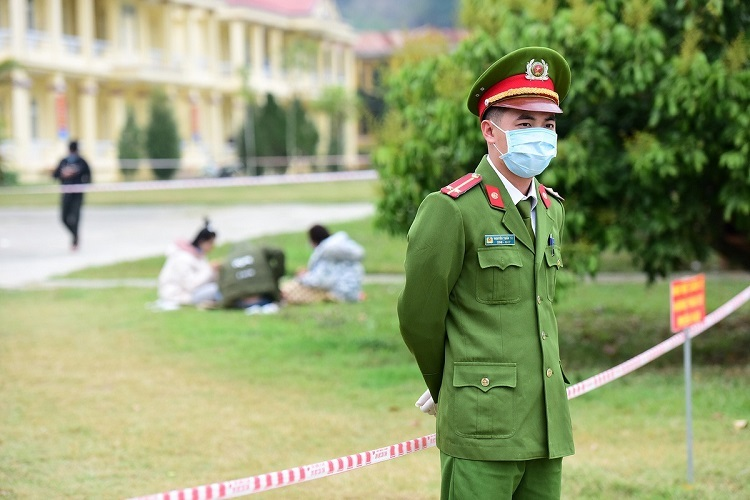 A police officer guards the quarantine zone. They do so 24/24.As of Tuesday, the facility has received around 534 Vietnamese returning from China. It can receive up to 1,000.