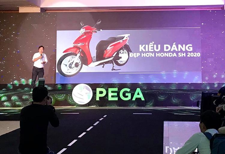 Pega chairman Doan Ngoc Linh compares Pega eSH and Honda SH 2020 at a presentation on February 11, 2020. Photo acquired by VnExpress.
