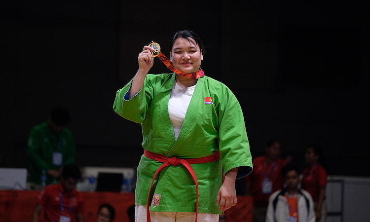 Tran Thi Thanh Thuy holds up her gold medal after winning the womens kurash over 70 kg on December 2. Photo by VnExpress/Quang Huy.