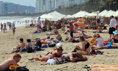 After brief lull, foreign tourists throng Nha Trang beaches again