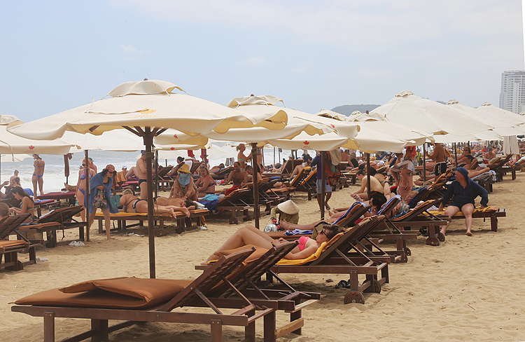 Most of chairs and umbrellas along the beach, arranged by hotels for their guests, are fully filled. Most of tourists in Nha Trang currently are Russians.Nguyen Thi Le Thanh, deputy director of Khanh Hoas tourism department, said that Cam Ranh International Airport, around on ehour from Nha Trang, welcomed about 54,000 Russian tourists in January, a year-on-year increase of 10 percent. It is expected that the locality will welcome 52,000 Russian visitors this month. Thanh said that Russian visitors remained the stable market of the province during the Covid-19 season.