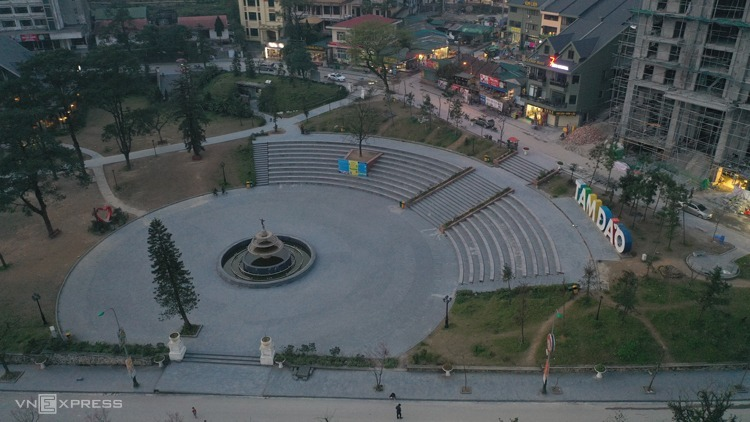 A square of Tam Dao Town, usually packed with people, is now almost empty. Photo by VnExpress/Ngoc Thanh.