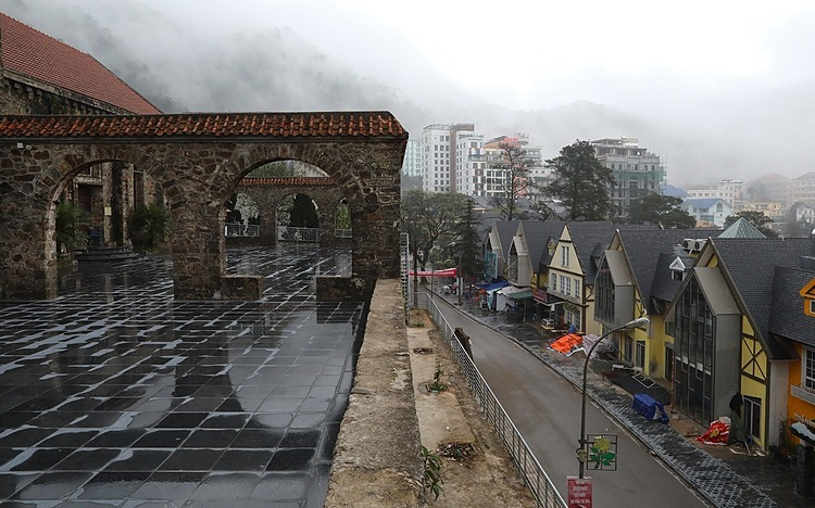 The old stone church, a usually-crowded tourist destination and a iconic symbol of the town, is left deserted and had no tourists dropping by. In February 2019, Tam Dao welcomed more than 26,000 visitors. But 20 first days of February this year, the town welcomes about 1,500 guests.