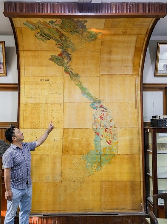 On the ground floor, a geological map detailing the richness of Vietnam's minerals is displayed. It was drawn in 1988. This map was drawn by scientists for many years which took years of studies. It has clear annotations and is important to those who work on geology, said Le Quoc Thanh, 50, a curator of the museum.