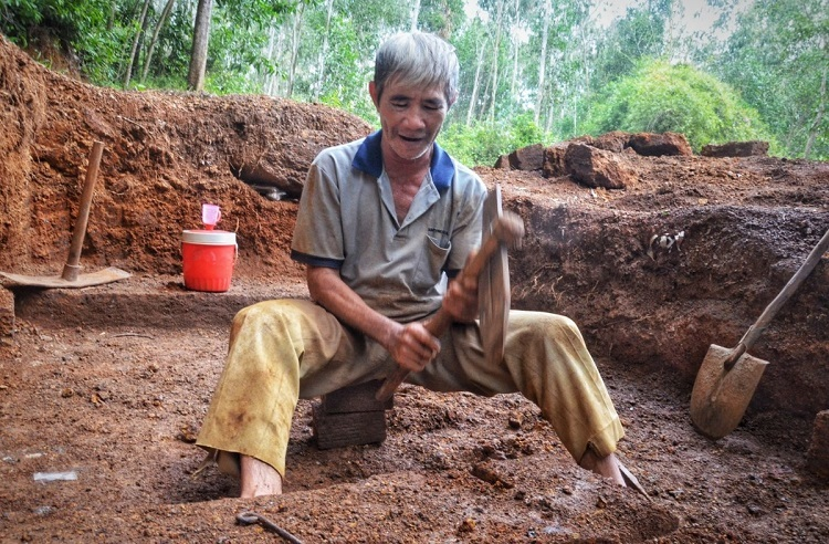 Besides Binh Son District, laterite is also found in the east of Mo Duc District.Nguyen Tam, 67, of Duc Hiep Commune, Mo Duc District, is one of the last laterite-brick makers here. He has been doing this for 50 years.