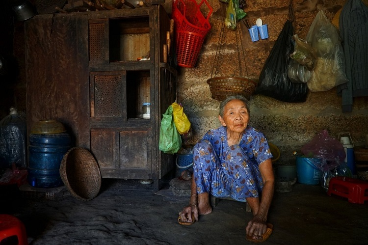 Nguyen Thi Tuu, 86, of Van Tuong village, Binh Hai Commune, Binh Son District, lives in a laterite house built in the 1980s.