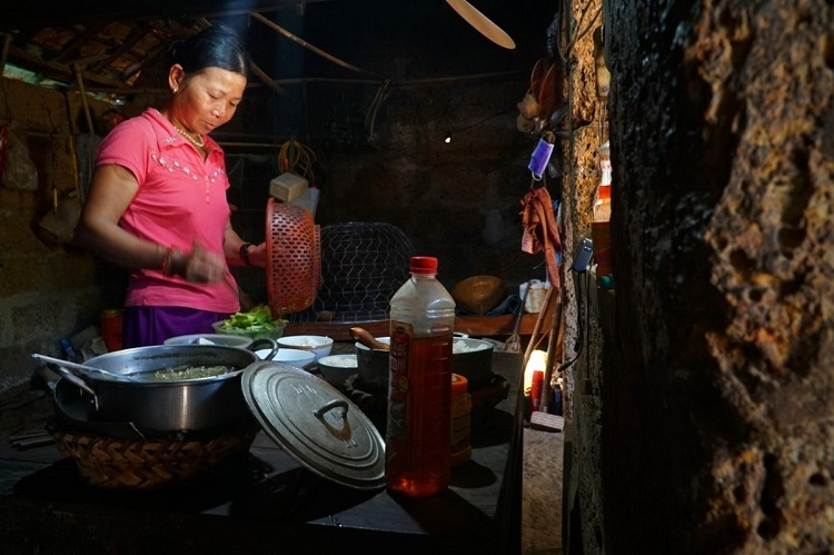 Nguyen Thi Thang of Binh Hai Commune cooks in the laterite kitchen.Van Tuong Village has the largest number of laterite houses in Quang Ngai Province. Almost every household in the village has managed to keep at least one laterite construction, often a wall or a well.