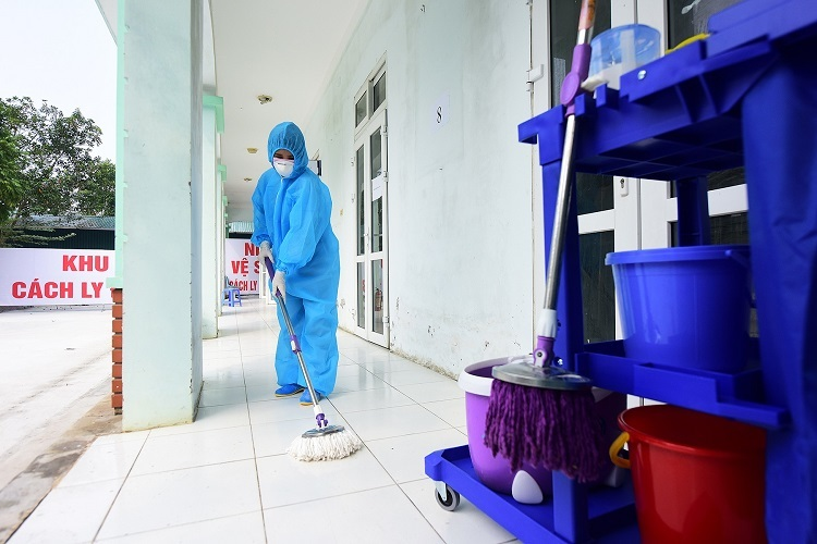 Hue cleans the quarantine zone since early morning. Shes done so since February 4, when the clinic became a quarantine zone for whoevers infected or suspected to be infected with the Covid-19 virus in Vinh Phuc. She has also not returned home since.