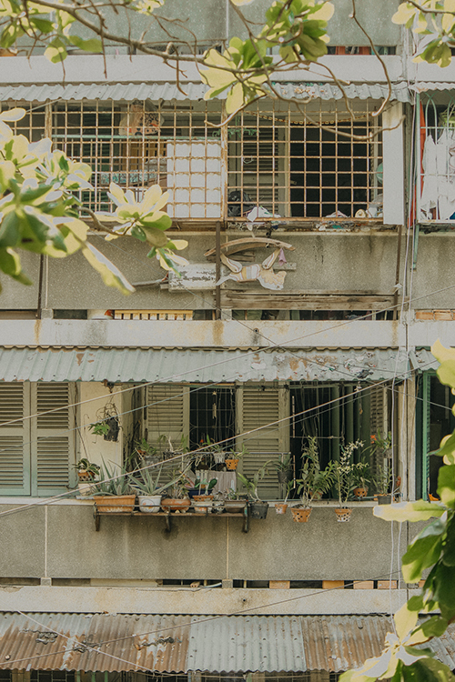 [Caption]There are people now settled far away, but only a glimpse of the old doorways is the image of Thanh Da rushing back. Thanh Da Residence is one of the first condominiums in Saigon, currently there are about 4,300 households living in 22 apartment lots divided into two clusters: word symbol cluster (ABC) and numerical symbol cluster (1 -2-3 ...).