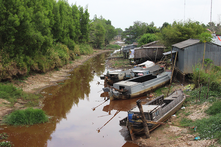 A canal in Ca Mau Province of the Mekong Delta runs out of water on February 10, 2020. Photo by VnExpress/Van Em