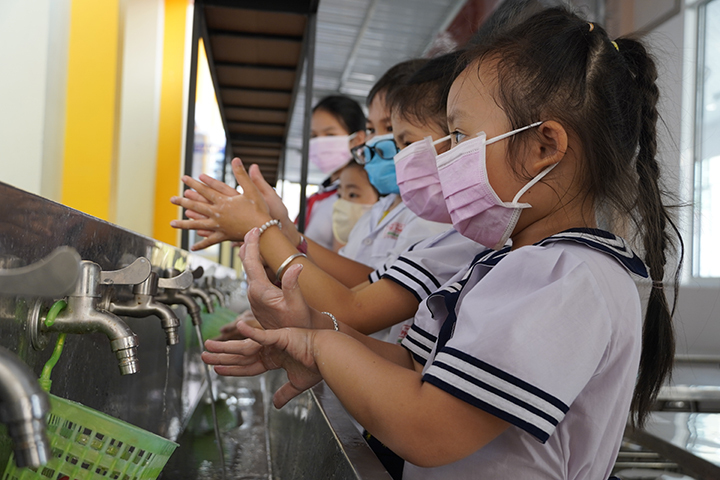 Primary students in Ben Tre Province in southern Vietnam clean their hands on February 7. The province is one of just a few provinces letting students to go to school after the Tet break before deciding to let them all stay home from February 8, 2020. Photo by VnExpress/Hoang Nam