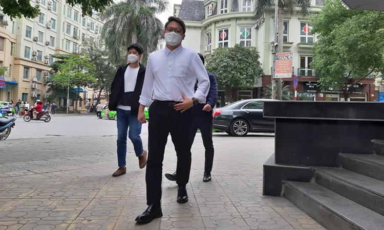 South Korean people wear mask while strolling on Hanois Tran Van Lai Street. Photo by VnExpress/Pham Nga.