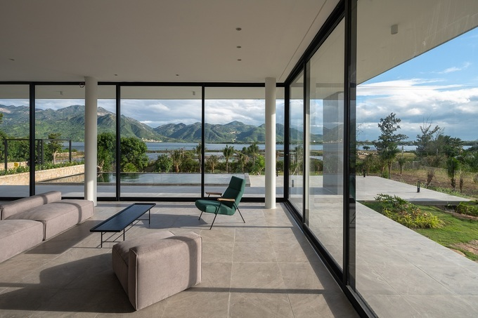The high and wide glass doors help the indoor and outdoor spaces harmonize together.