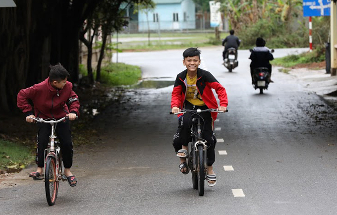 Children hang out on a road in Son Loi Commune on March 4, 2020. Photo by VnExpress/Giang Huy.