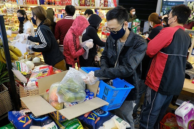 Almost immediately after local authorities announced a confirmed Covid-19 infection in the capital city Friday night, many residents of Time City, an urban area in Hanoi's Hai Ba Trung District, rushed out and spent the whole night shopping to stock up on food.