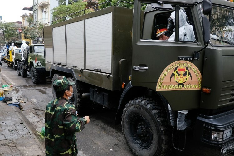 Vehicles of the Vietnamese Armys Chemical Division, including five vehiclesprovided by the Response Center for Chemical, Radioactive Incidents, have sprayed chemicals to cleanse and disinfect quarantined areas in Truc Bach and neighboring streets Saturday morning.