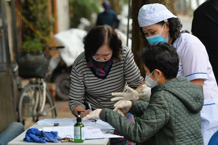 Citizens within the Truc Bach quarantine area inform medical staffs of their current health status.