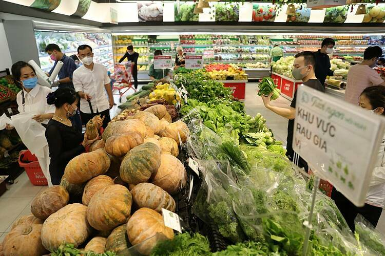 A lot of greens are refilled by Lottemart supermarket staff. The supermarket said stocks are continuously refilled. The supermarket has met with their suppliers to ensure sufficient supplies.