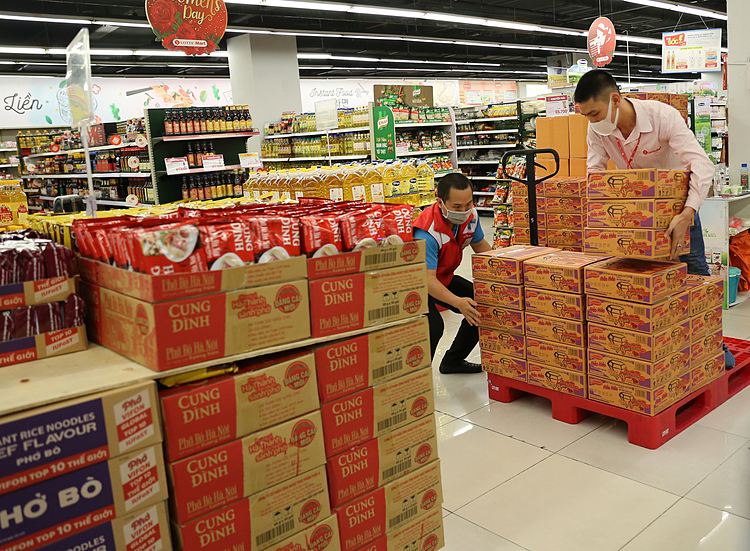 Instant noodles, one of the most popular items, were also restocked. According to Lotte supermarket management, there are still a lot of goods in the warehouse and there won't be any price increase.  A spokesperson with Acecook, a major instant noodle producer, said it is making more and more noodles every day. Therefore, there will be plenty for people during the disease period.