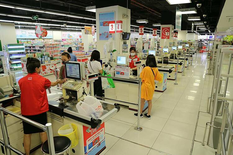 The cashier counters were not as crowded compared to Saturday. There were many fewer shoppers on Sunday. Many families said they went shopping on Sunday because there was no more food left at home and not because of the panic buying fever.