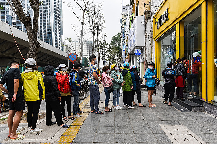 Hanoians are watiting to buy masks at a store in Hai Ba Trung Street on March 7, 2020. Photo by VnExpress/An Giang.