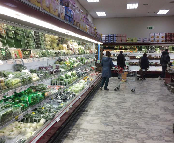 A supermarket in Milan, Italy is still full of items on March 9, 2020 amid the Covid-19 outbreak. Photo by VnExpress/Trung Kien.
