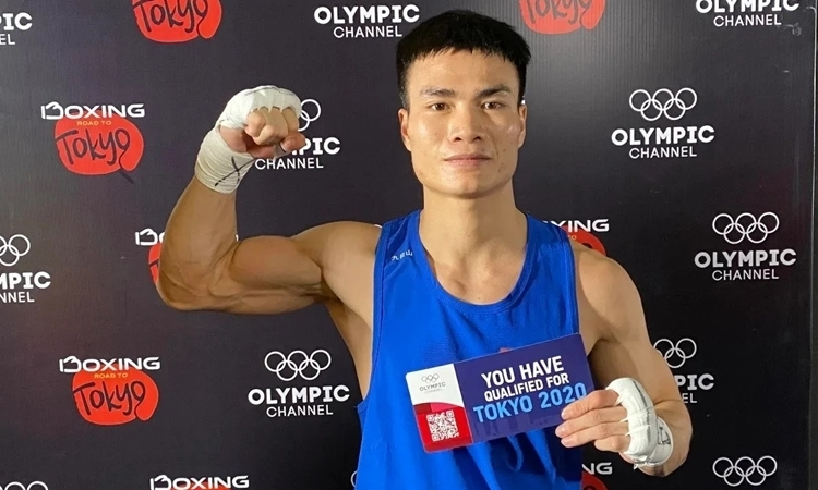 Nguyen Van Duong holds the ticket to Olympic Tokyo 2020 after beating Thai boxer Chatchai Butdee on March 9, 2020. Photo by VnExpress.